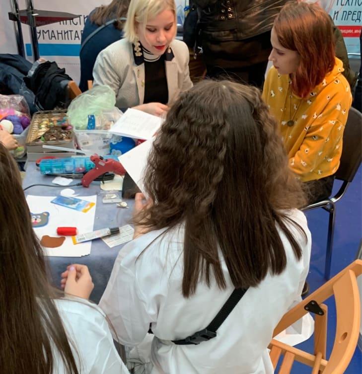 Выставка «Образование и карьера». Мастер-классы «Изготовление аксессуаров из фетра» и «Цветная графика на фактурной бумаге»